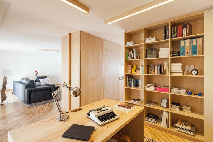 SilverWoodHouse Joao Morgado - Architectural Photography モダンデザインの 書斎