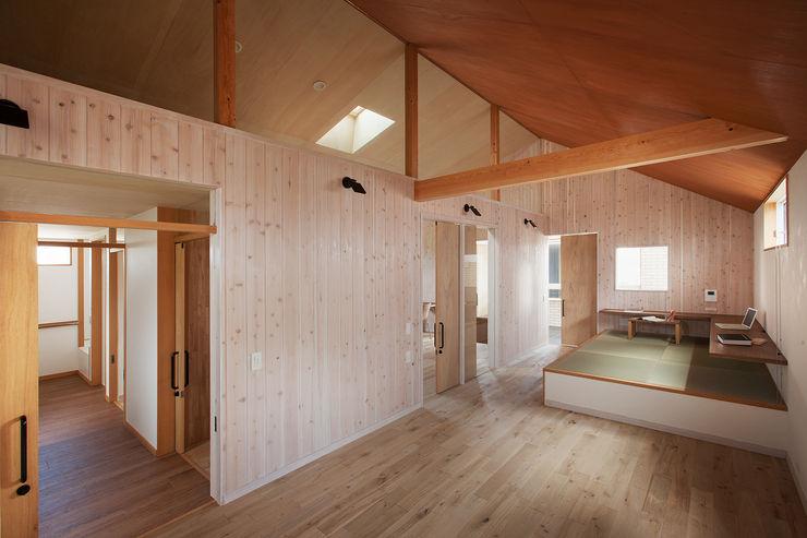 近江八幡の家・個室(寝室) タクタク/クニヤス建築設計 モダンデザインの リビング