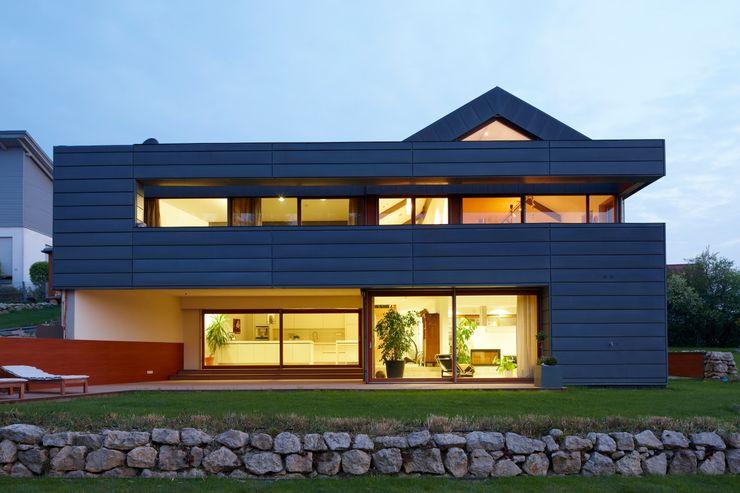 Einfamilienhaus markant reduziert PAPTISTELLA architekten gmbh Moderne Häuser