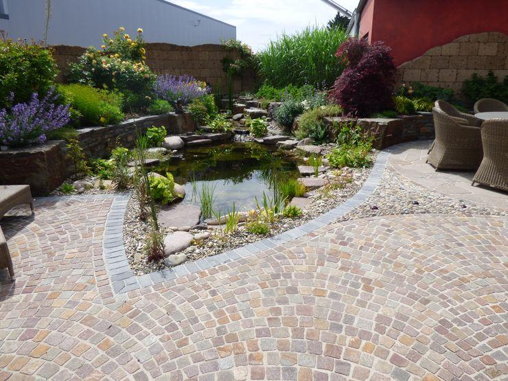 Teich mit Bachlauf Gärten für Auge und Seele Mediterraner Garten