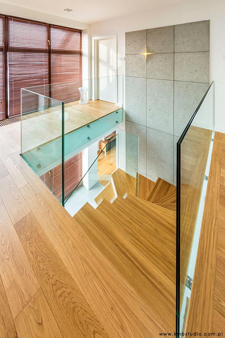 dom Kryspinów kmb studio Nowoczesny korytarz, przedpokój i schody