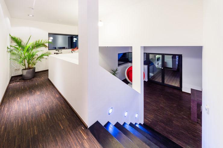 casaio | smart buildings Modern Corridor, Hallway and Staircase