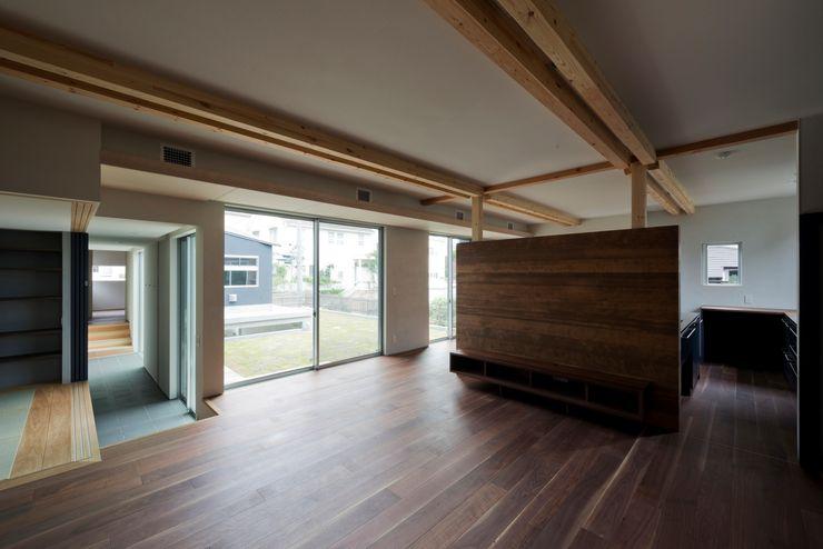 DROP ON LEAF 充総合計画 一級建築士事務所 モダンデザインの リビング