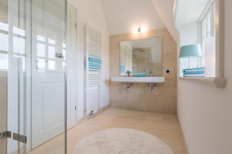 Home Staging Reetdachhaus auf Sylt Immofoto-Sylt Badezimmer im Landhausstil