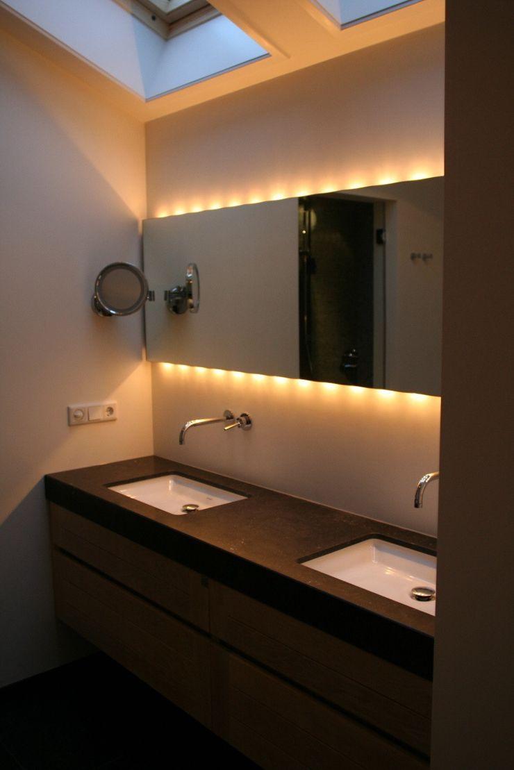 Spiegel met wandverlichting onder en boven Bad & Design Moderne badkamers