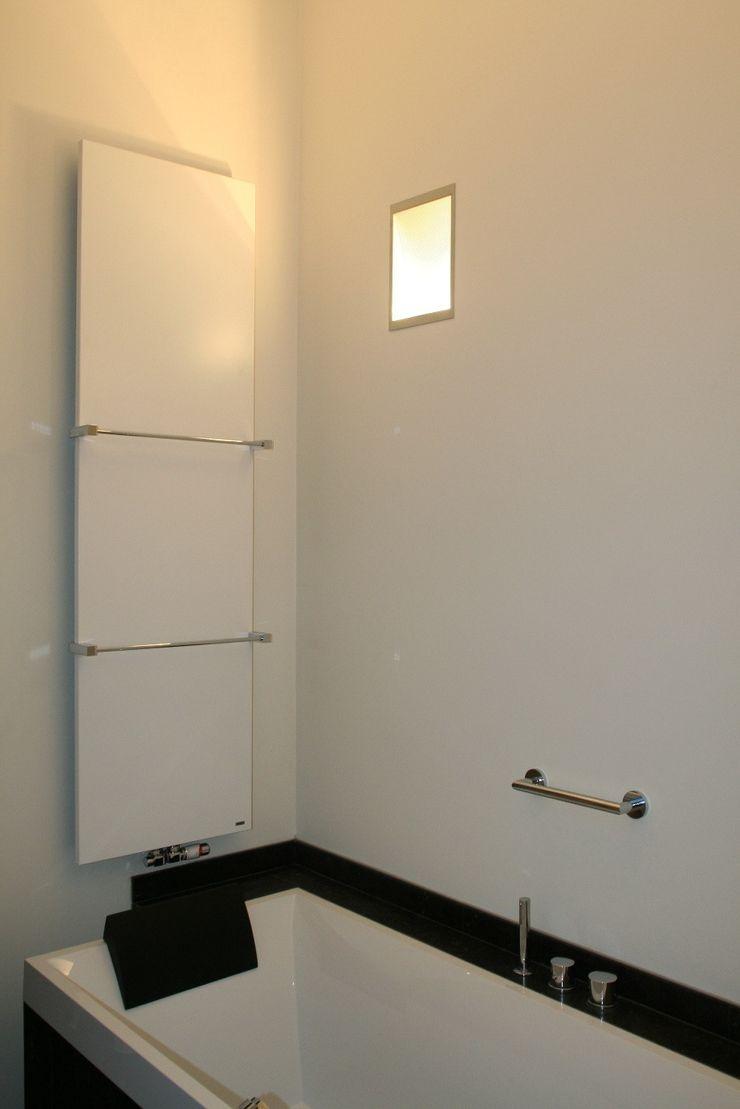 Hoge achterwand met indirect licht Bad & Design Moderne badkamers