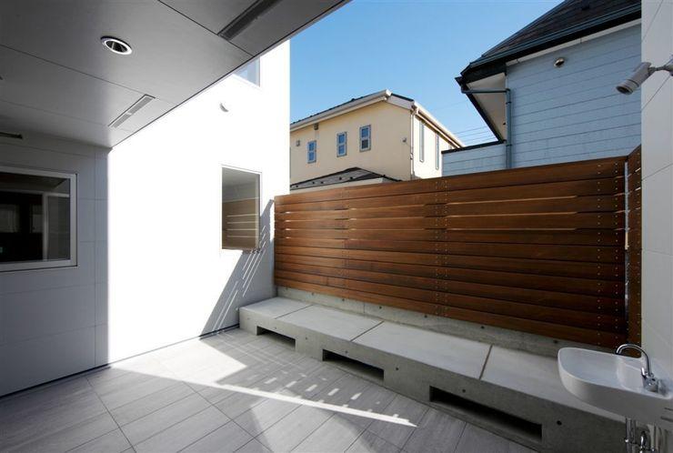 趣味の地下空間をもつコートハウス 充総合計画 一級建築士事務所 モダンデザインの テラス