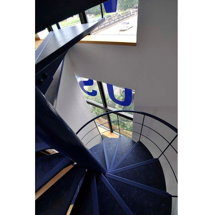 辻史彰建築研究所 Corredores, halls e escadas modernos