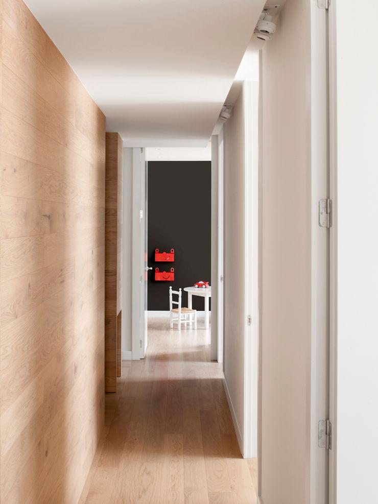 Pasillo distribuidor A! Emotional living & work Pasillos, vestíbulos y escaleras de estilo minimalista