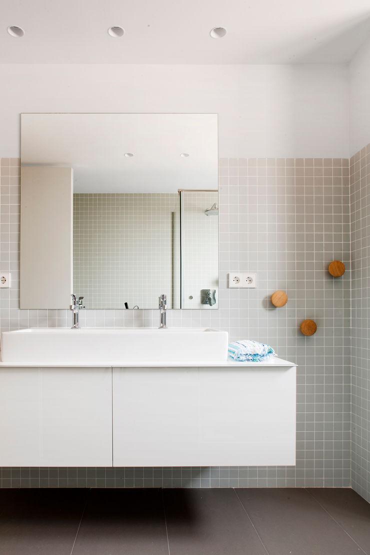 Cuarto de baño A! Emotional living & work Baños de estilo minimalista