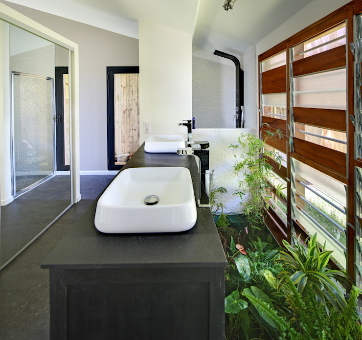 T&T architecture Tropical style bathroom
