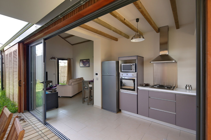 T&T architecture Tropical style kitchen