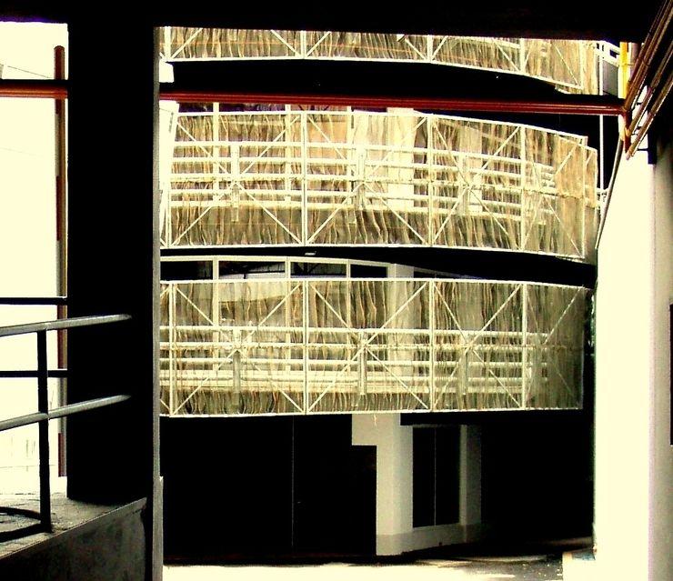 GARAGE PORTA ROMANA - Rivestimento di facciate Tessitura Tele Metalliche Rossi Garage/Rimessa in stile moderno