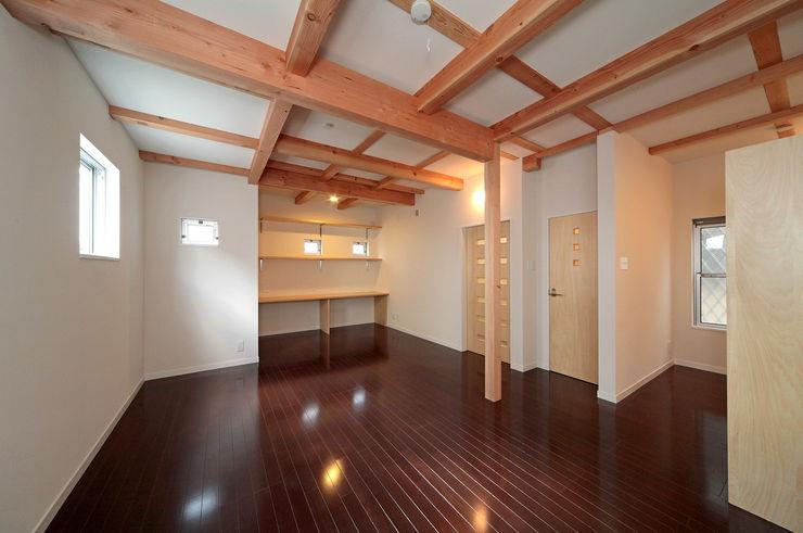将来子供部屋に仕切れる多目的室。 田崎設計室 モダンデザインの 多目的室
