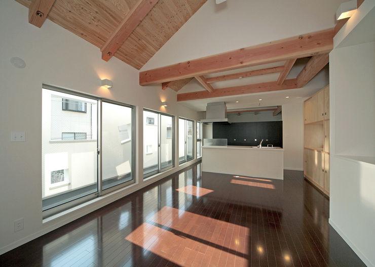 一体化した居間とバルコニー(外部空間)。 田崎設計室 モダンデザインの リビング