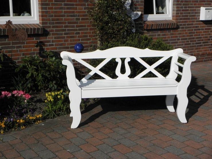 Friesenbank mit Lyra Holzwerkstatt Mazur Garten im Landhausstil