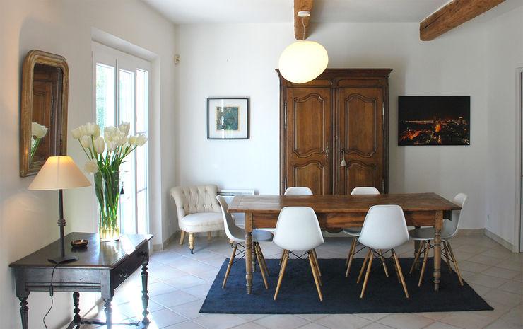 Association de meubles anciens avec des chaises de Charles and Ray Eames FLEURY ARCHITECTE Salle à manger classique