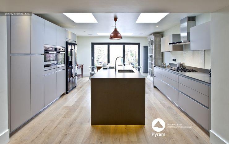 Crisp Kew Kitchen homify Cocinas de estilo moderno