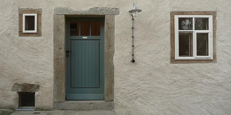 Junghanns + Müller Architekten Puertas y ventanas de estilo rural