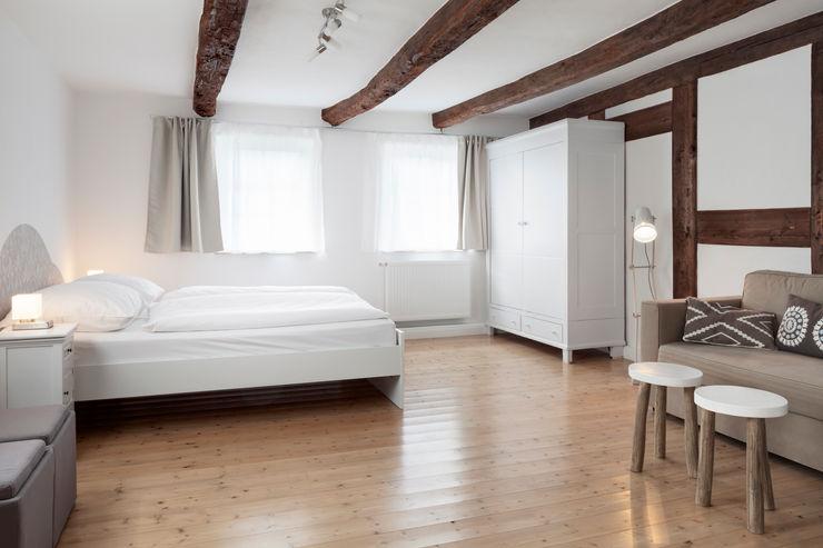 freigelegte 200 Jahre alte Deckenbalken Bleibe Moderne Hotels