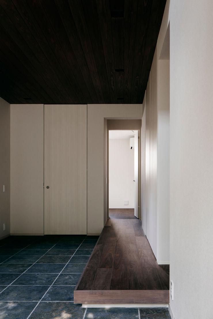松岡淳建築設計事務所 Modern corridor, hallway & stairs