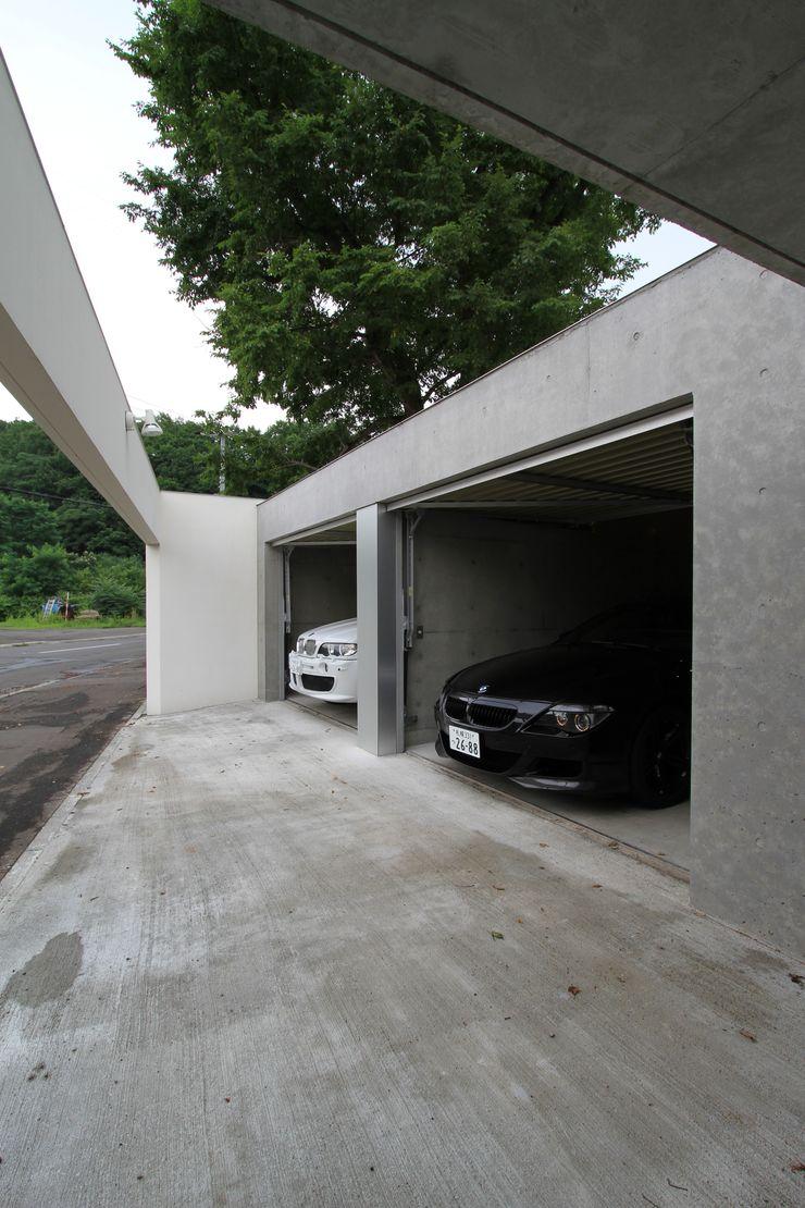 株式会社コウド一級建築士事務所 Garajes y galpones de estilo moderno