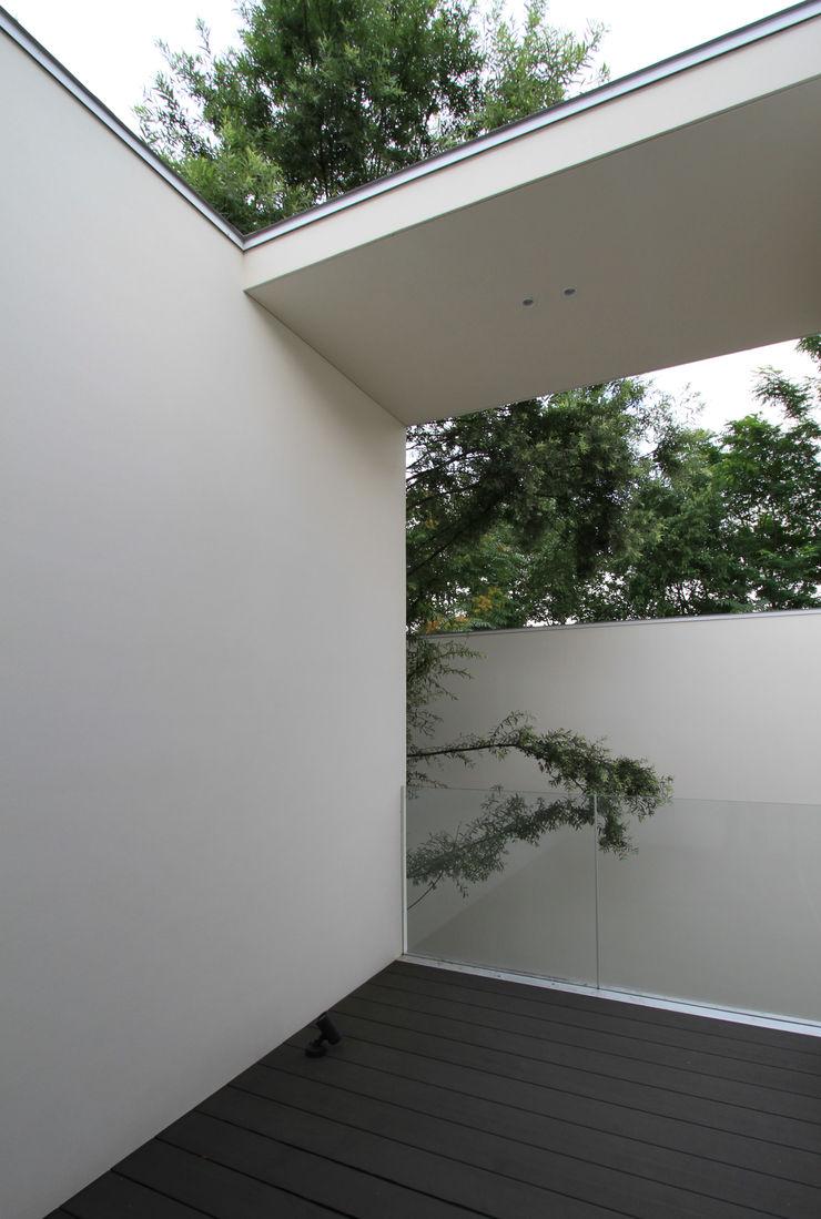 株式会社コウド一級建築士事務所 Balcones y terrazas de estilo moderno