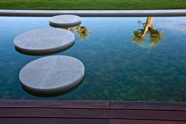 Atelier d'Arquitetura Lopes da Costa Modern style gardens