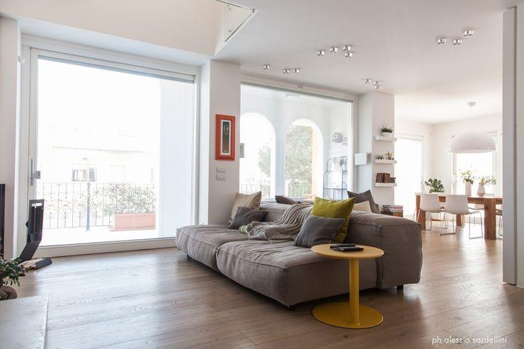 House 090 COOLSTOODIO Soggiorno minimalista