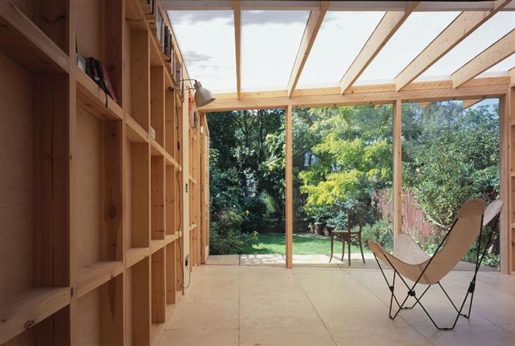 The new Summerhouse Ullmayer Sylvester Garajes y galpones de estilo moderno
