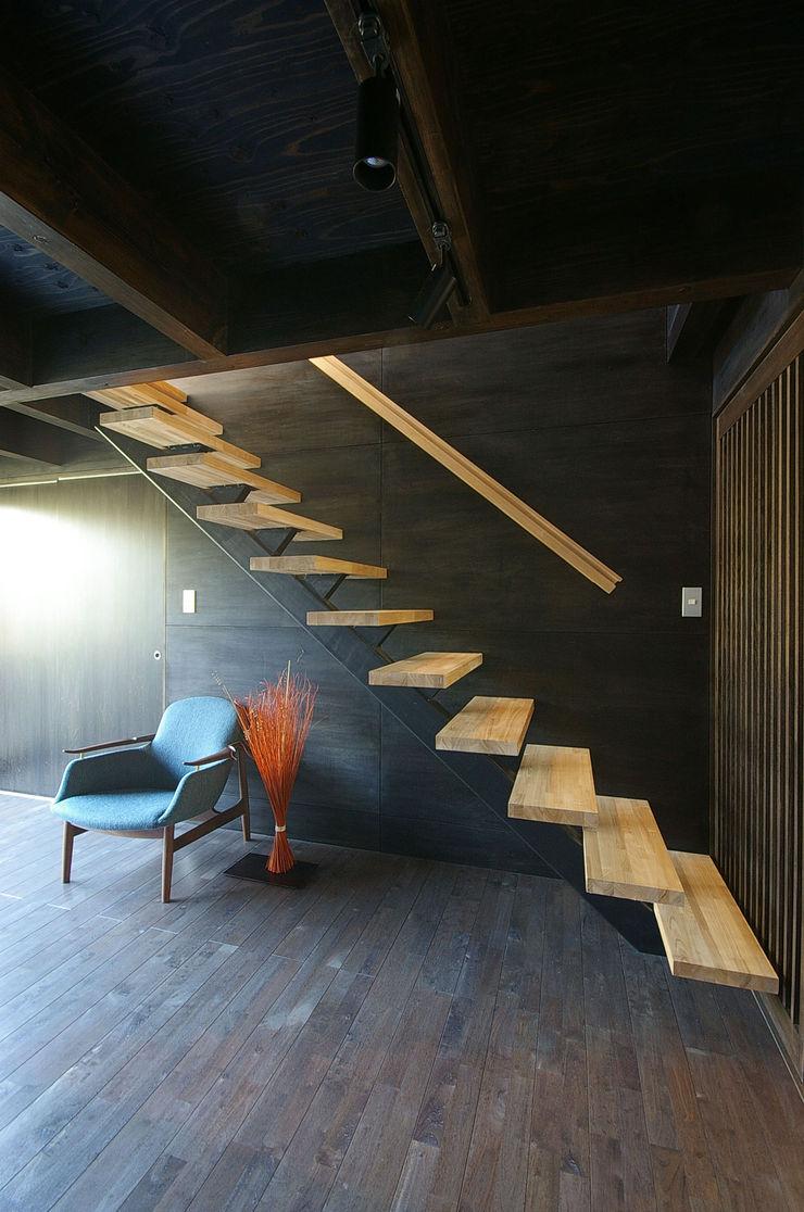 一級建築士事務所アールタイプ Modern corridor, hallway & stairs