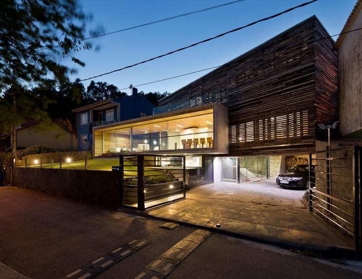 dezanove house designed by iñaki leite - front view at twilight Inaki Leite Design Ltd. Гараж в стиле модерн