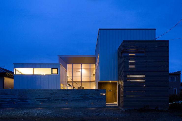 ファサード(夕景) 一級建築士事務所 Atelier Casa モダンな 家