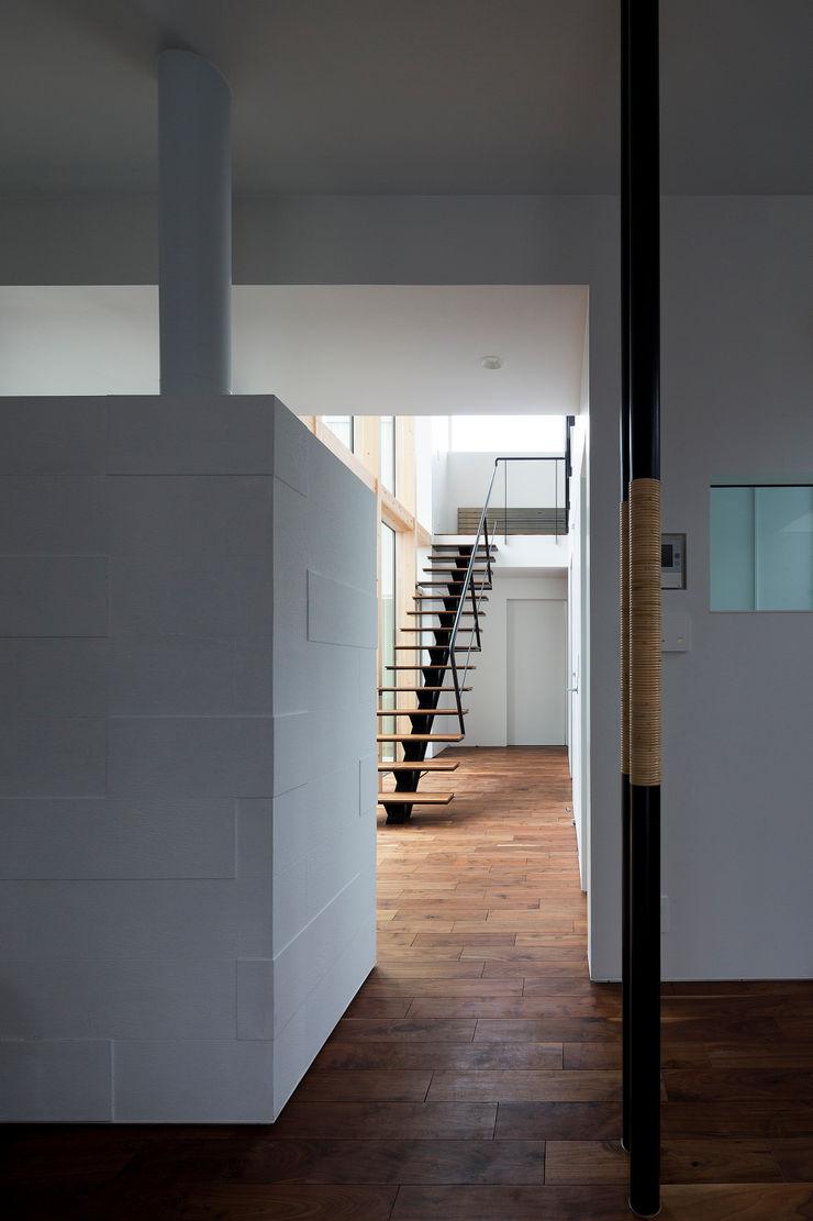 ホール 一級建築士事務所 Atelier Casa モダンスタイルの 玄関&廊下&階段