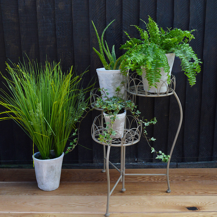 Three Tiered Plant Stand homify JardínMobiliario