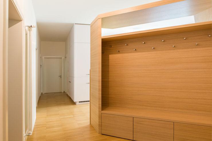 House FK Manuel Benedikter Architekt Ingresso, Corridoio & ScalePortabiti & Guardaroba