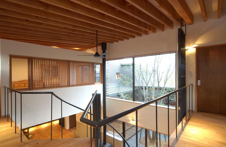 福野の家 濱田修建築研究所 オリジナルスタイルの 玄関&廊下&階段