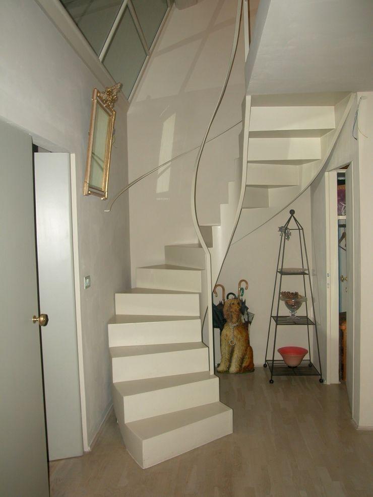 """Scala """"scultura"""" Studio Mazzei Architetti Ingresso, Corridoio & Scale in stile moderno"""