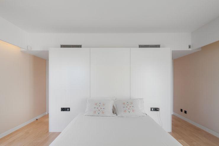 Moradias em banda, Queijas Estúdio Urbano Arquitectos Quartos minimalistas