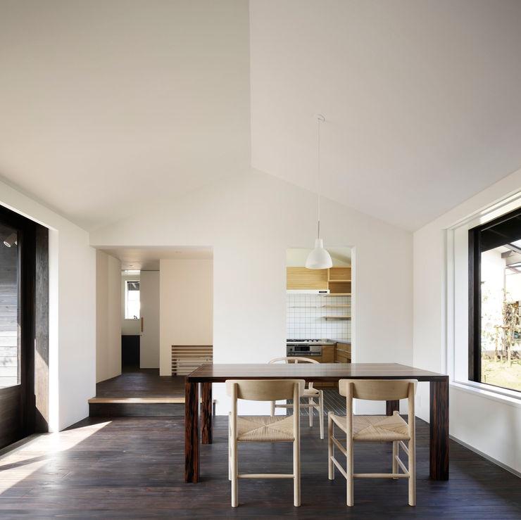 リビングダイニング(玄関側から) 山田伸彦建築設計事務所 モダンデザインの リビング