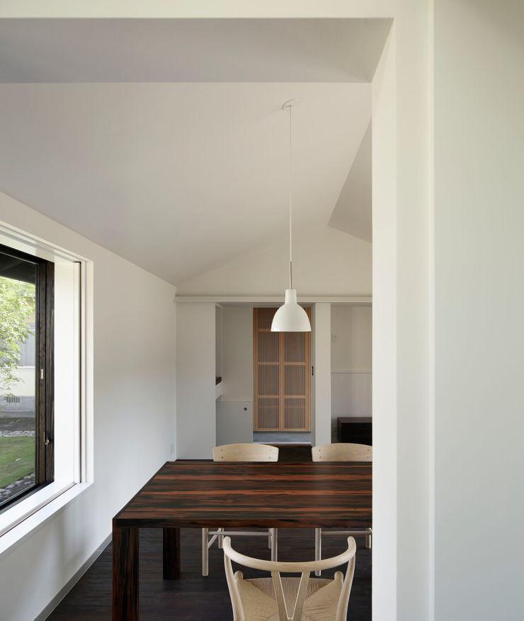 リビングダイニング(キッチンから) 山田伸彦建築設計事務所 モダンデザインの リビング