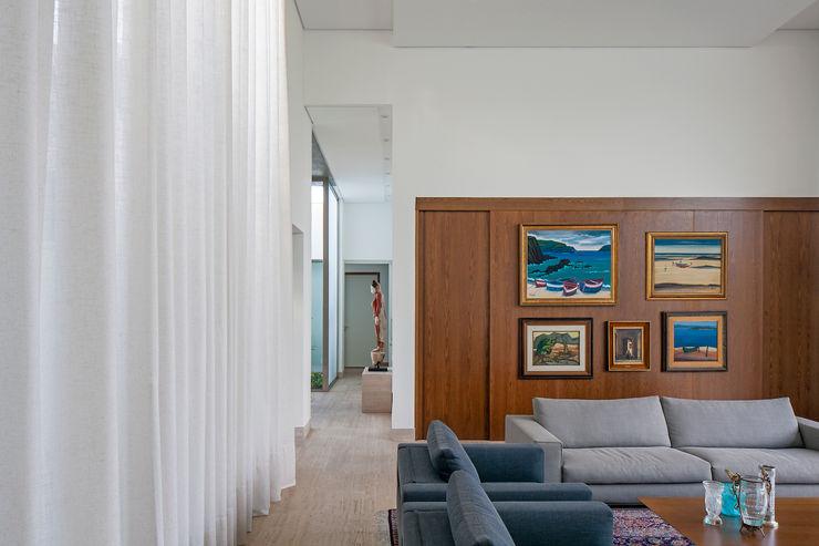Aguirre Arquitetura Minimalist living room