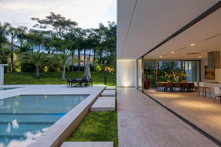 Aguirre Arquitetura Minimalist kitchen