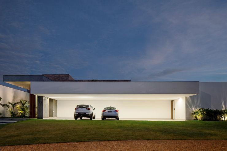 Aguirre Arquitetura Minimalist garage/shed