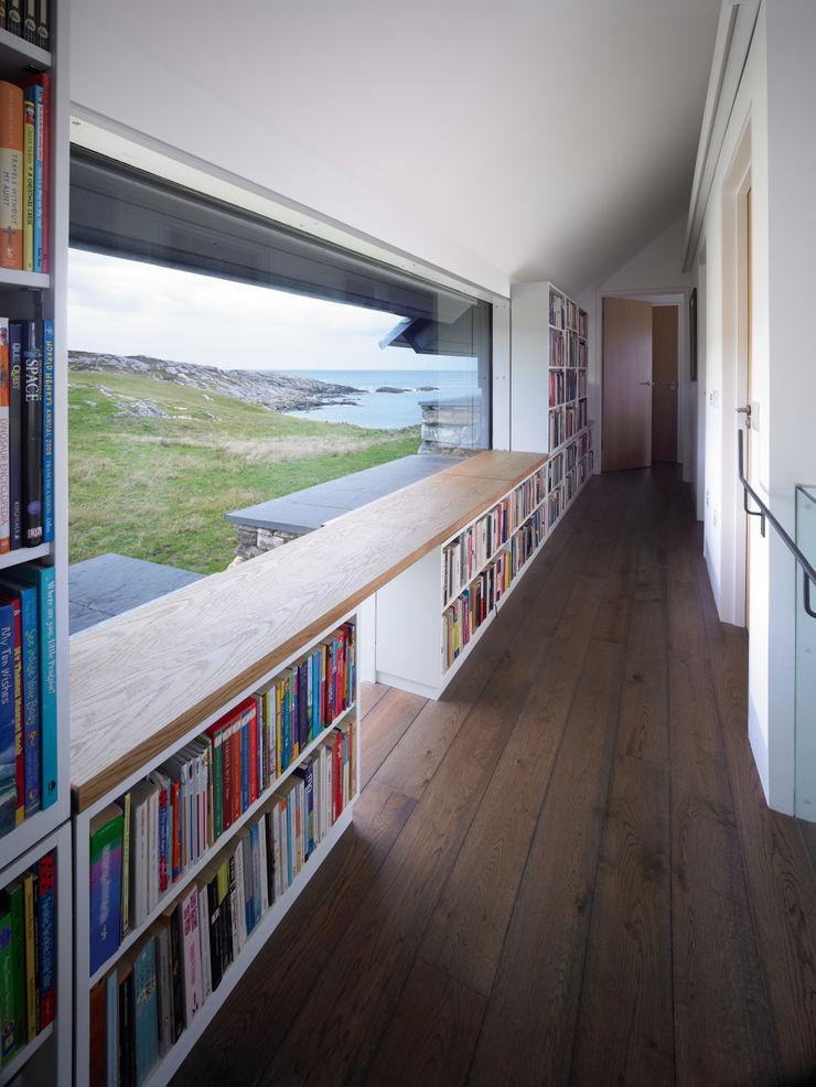 First Floor Hallway WT Architecture Ingresso, Corridoio & Scale in stile moderno