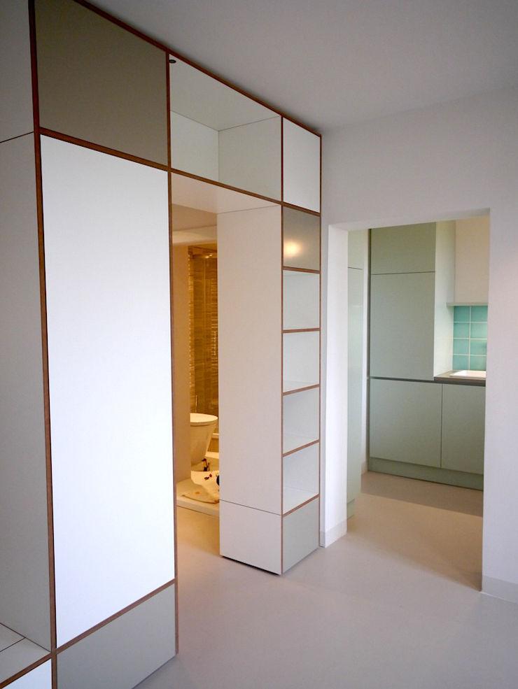 Apartment S van risk Moderner Flur, Diele & Treppenhaus