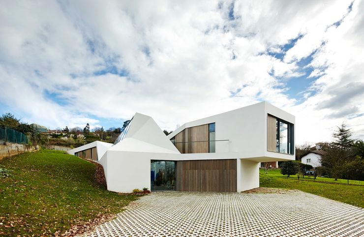 LARA RIOS HOUSE: Fachada miba architects Casas de estilo industrial