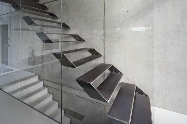 Einfamilienhaus im Filstal Schiller Architektur BDA Moderner Flur, Diele & Treppenhaus