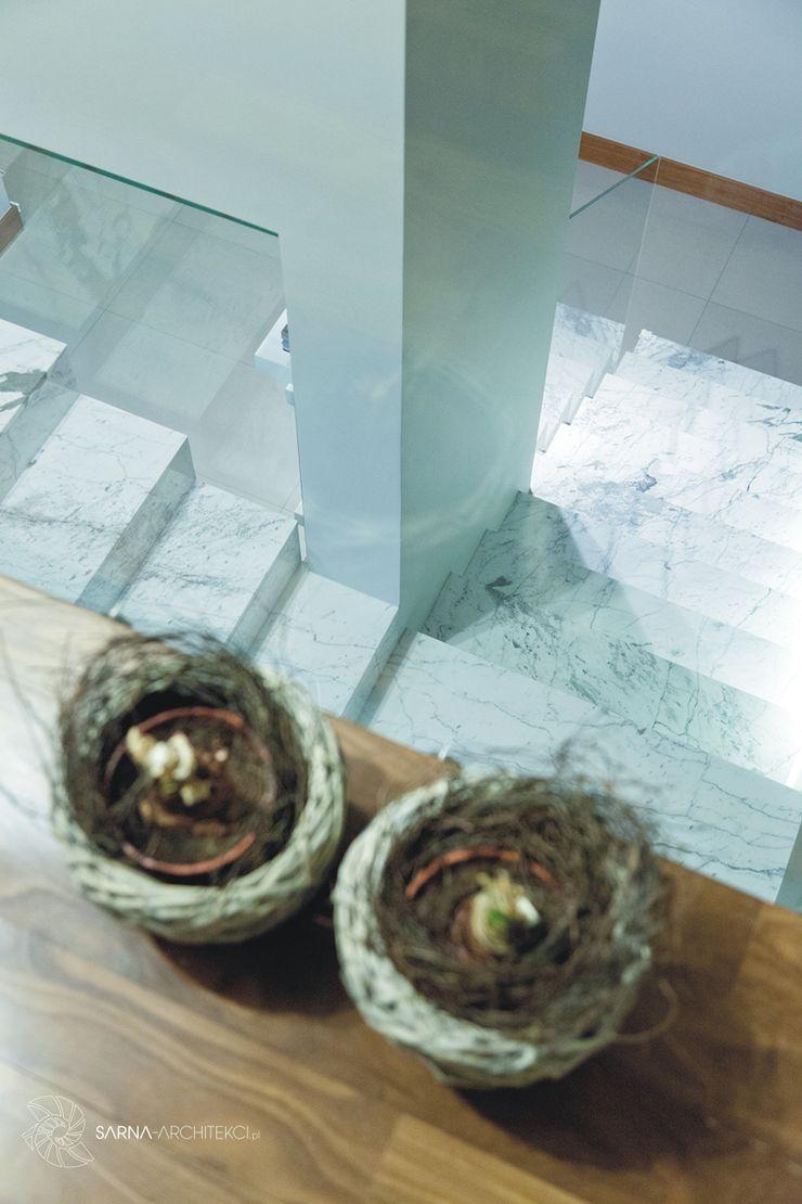 HOUSE WITH A PERSPECTIVE SARNA ARCHITECTS Interior Design Studio Nowoczesny korytarz, przedpokój i schody