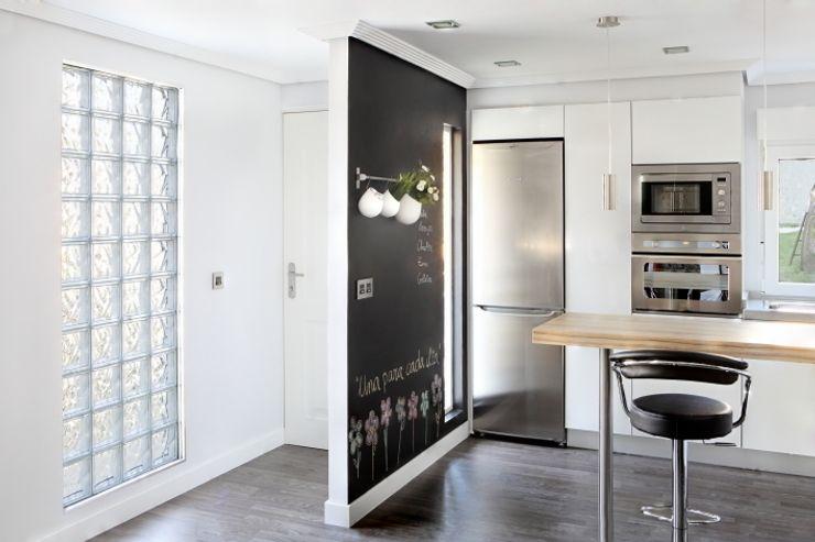 Entrada a la vivienda y cocina BATLLÓ CONCEPT Cocinas de estilo ecléctico